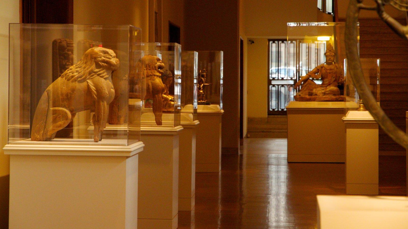 Portland Art Museum mostrando vistas interiores y arte