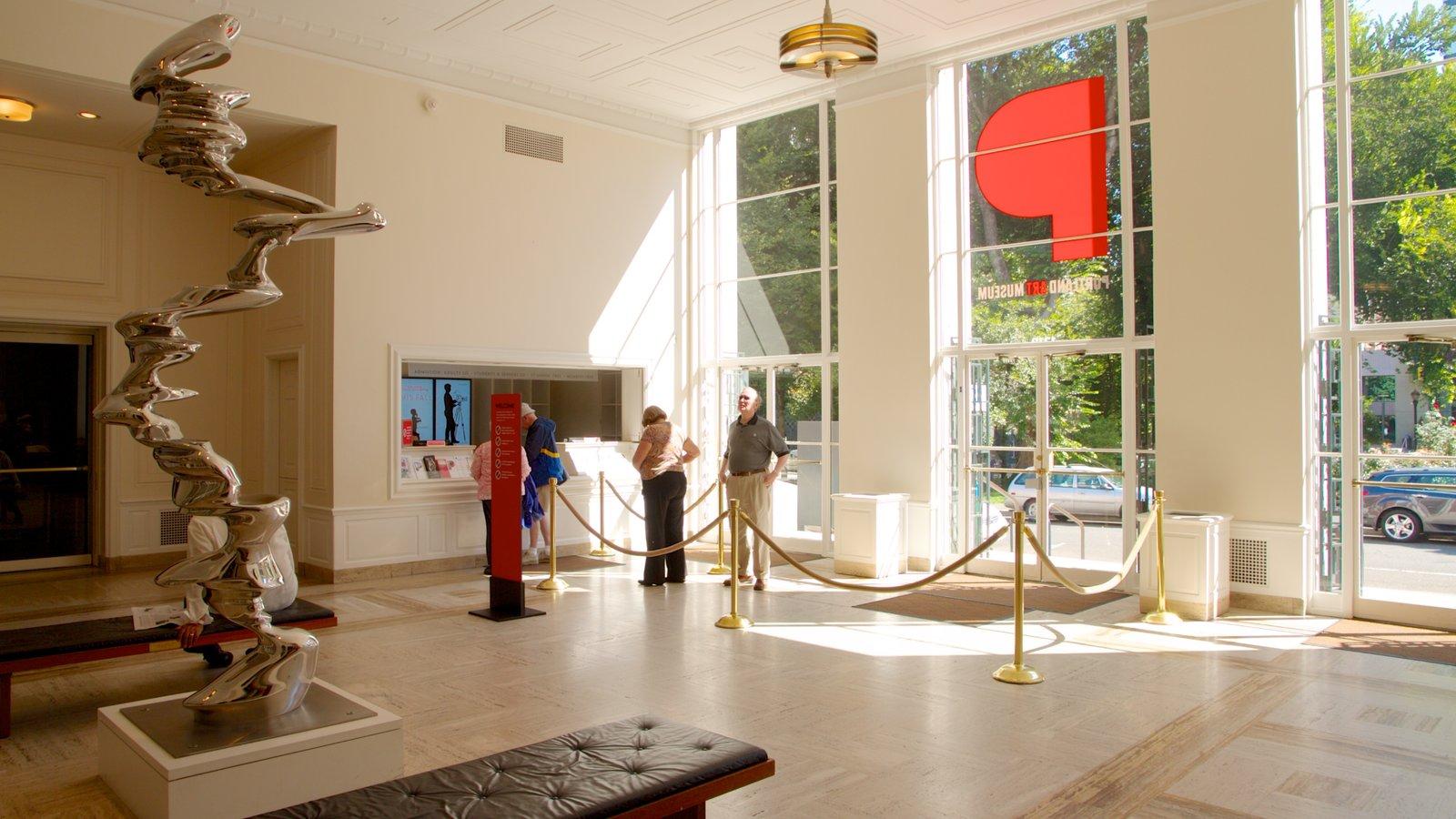Portland Art Museum ofreciendo arte y vistas interiores