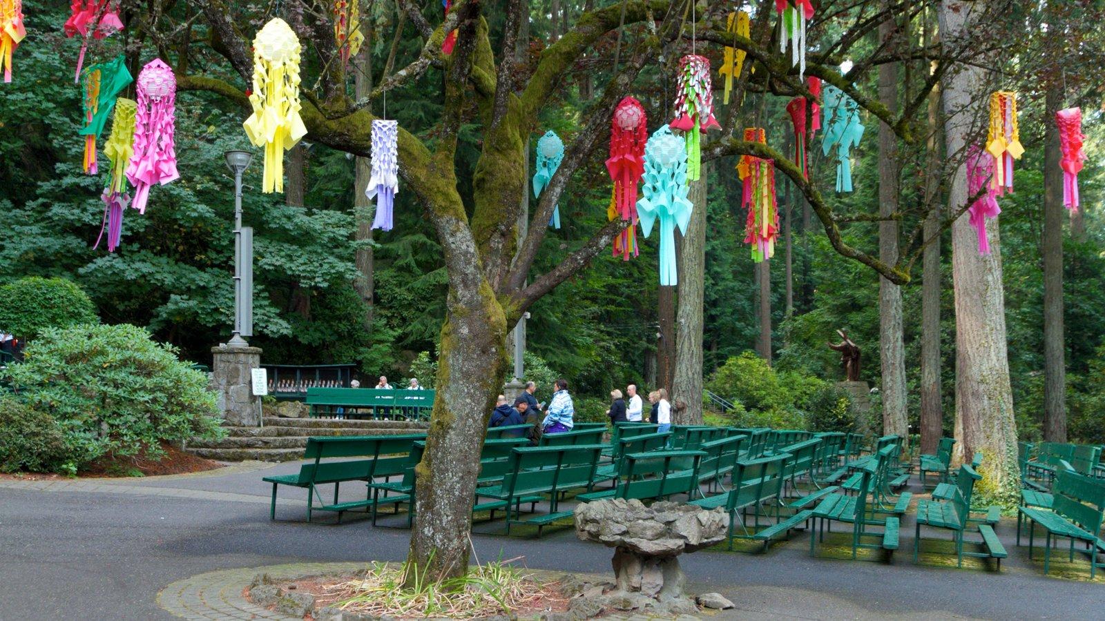 Grotto ofreciendo arte, arte al aire libre y vistas de paisajes