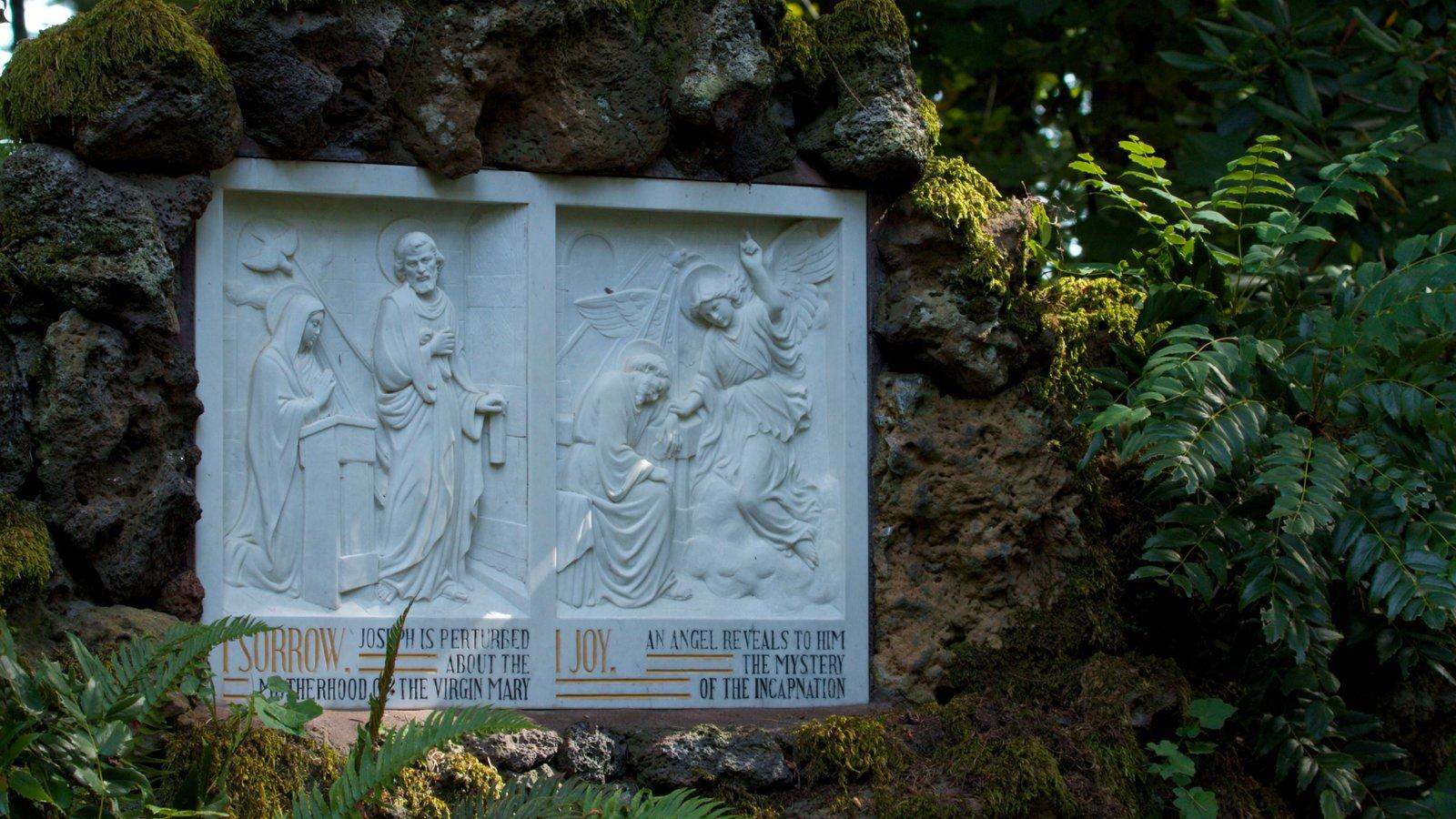 Grotto mostrando un monumento y arte al aire libre