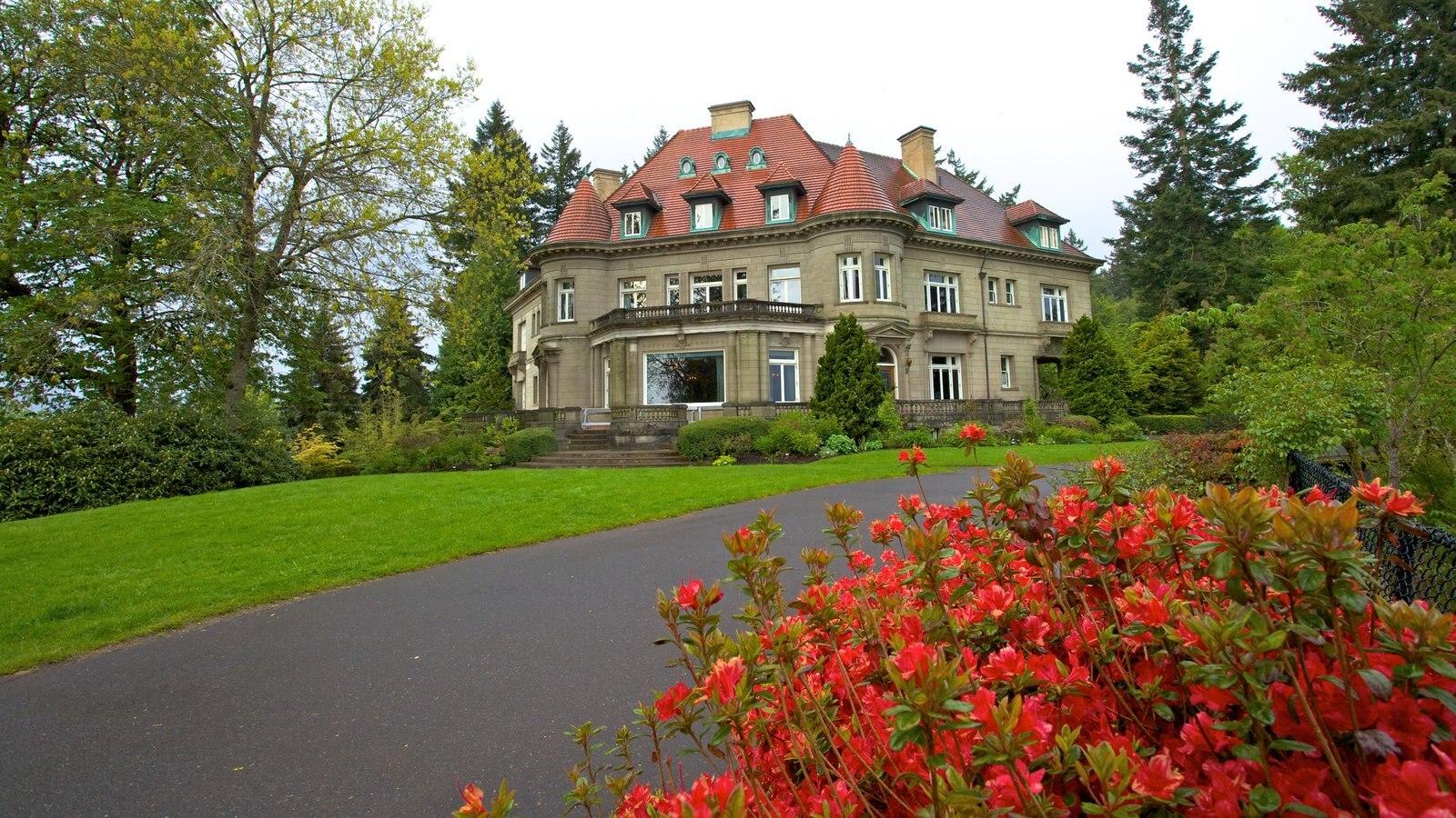 Pittock Mansion que incluye patrimonio de arquitectura, flores y un jardín