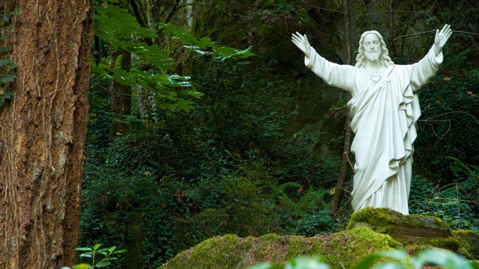 Portland ofreciendo una estatua o escultura, vistas de paisajes y un jardín