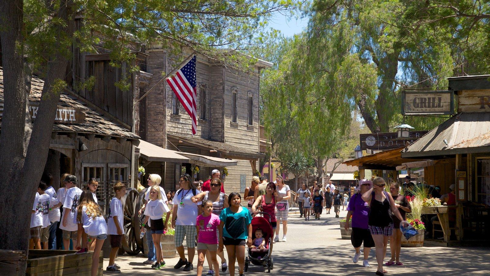 Parque temático Knott\'s Berry Farm mostrando paseos, escenas urbanas y una pequeña ciudad o pueblo