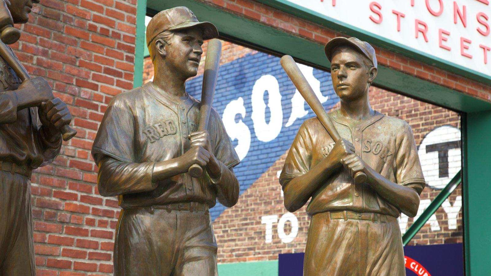 Estadio de béisbol Fenway Park mostrando una estatua o escultura y arte al aire libre