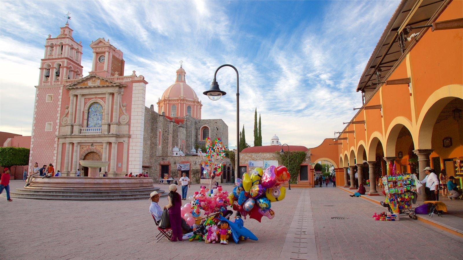 Tequisquiapan caracterizando uma praça ou plaza, um pôr do sol e uma igreja ou catedral