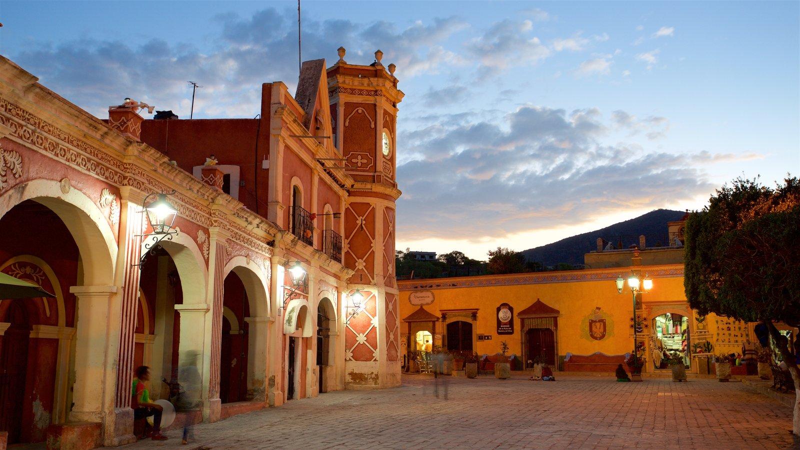 Bernal mostrando uma praça ou plaza, elementos de patrimônio e um pôr do sol