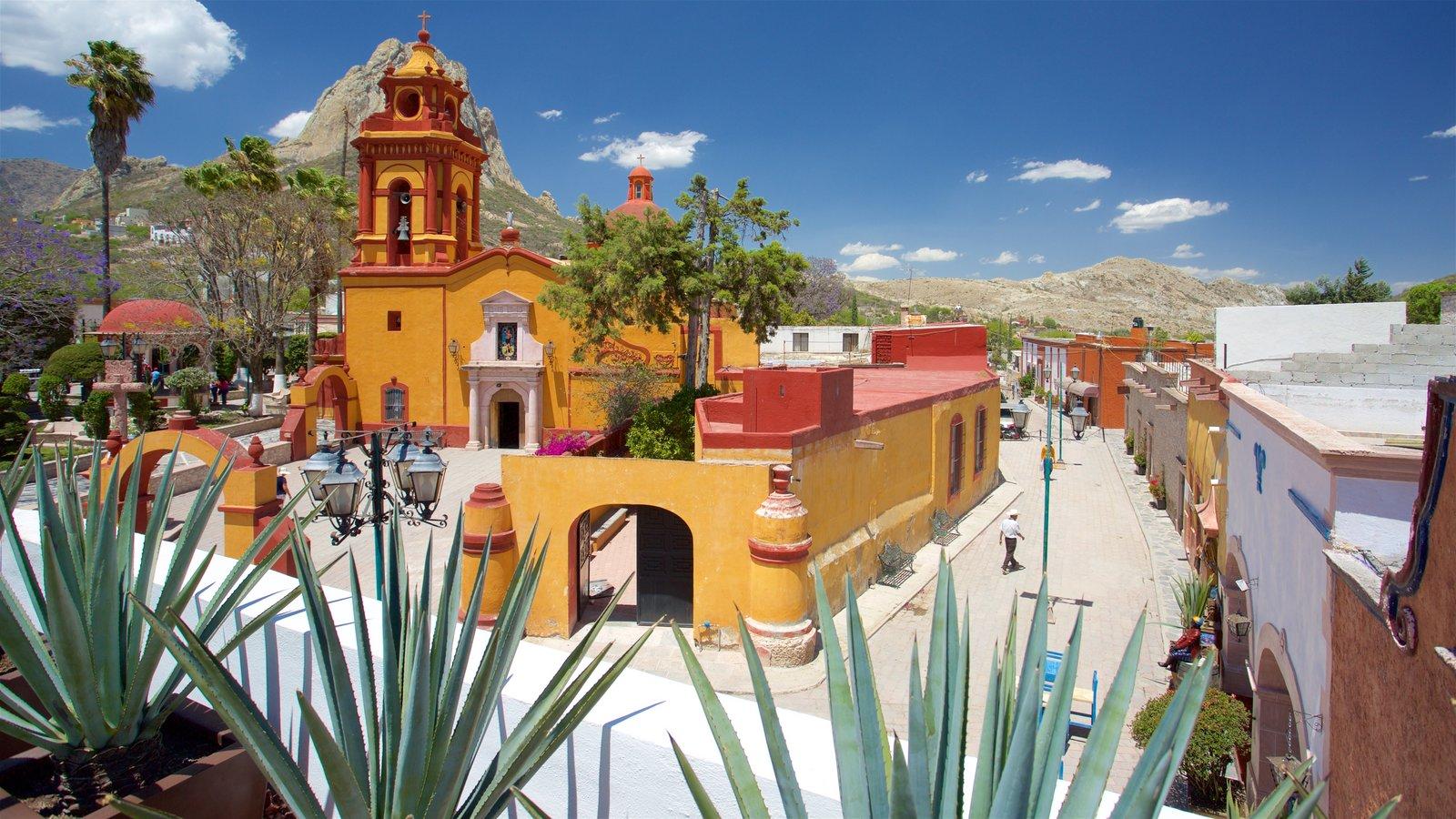 Bernal caracterizando uma igreja ou catedral, uma praça ou plaza e arquitetura de patrimônio