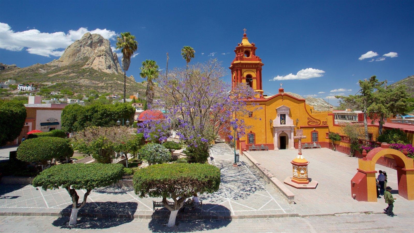 Bernal mostrando arquitetura de patrimônio, uma praça ou plaza e cenas tranquilas