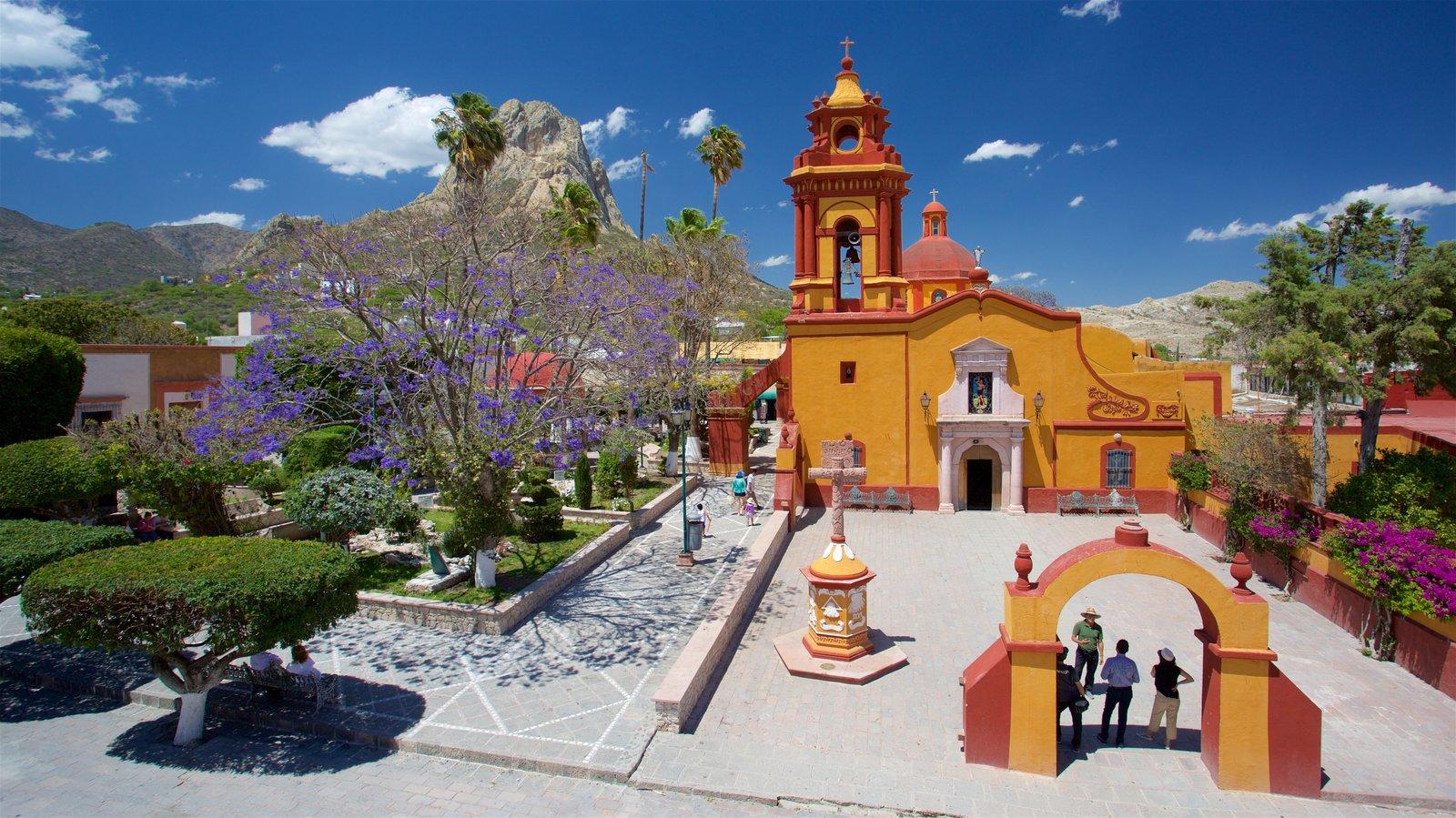 Bernal que inclui flores silvestres, montanhas e arquitetura de patrimônio
