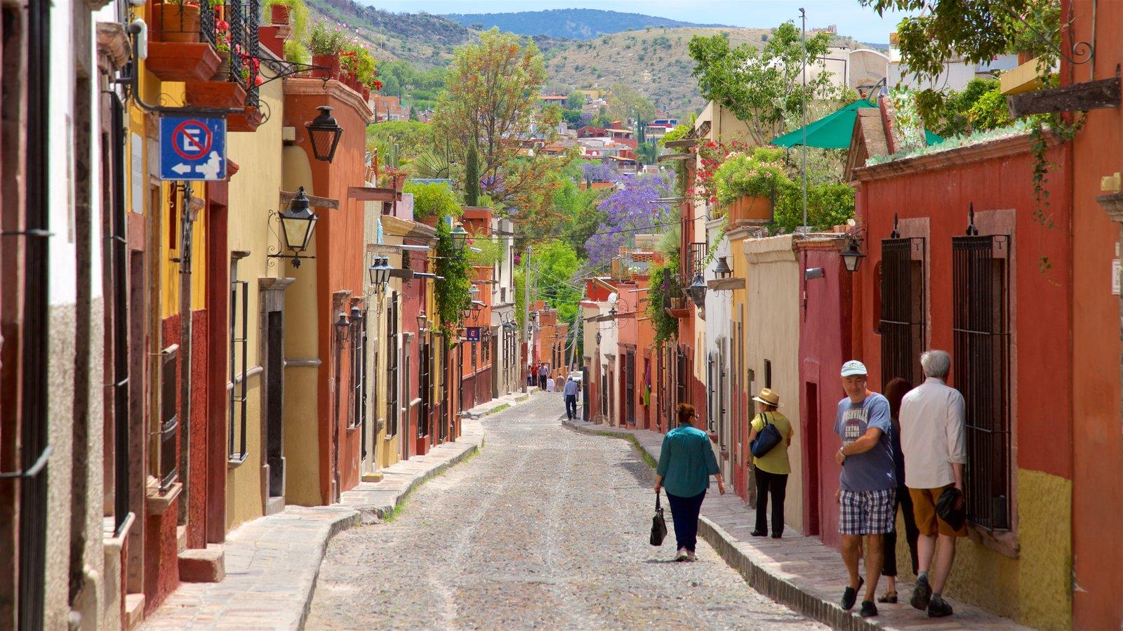 personas caminando por una calle en San Miguel de Allende