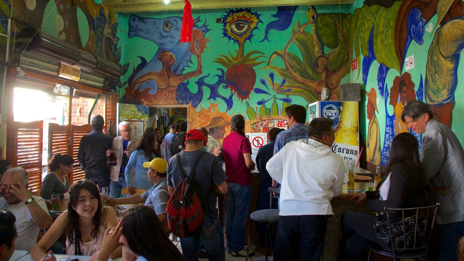Metepec mostrando vistas interiores y arte y también un pequeño grupo de personas