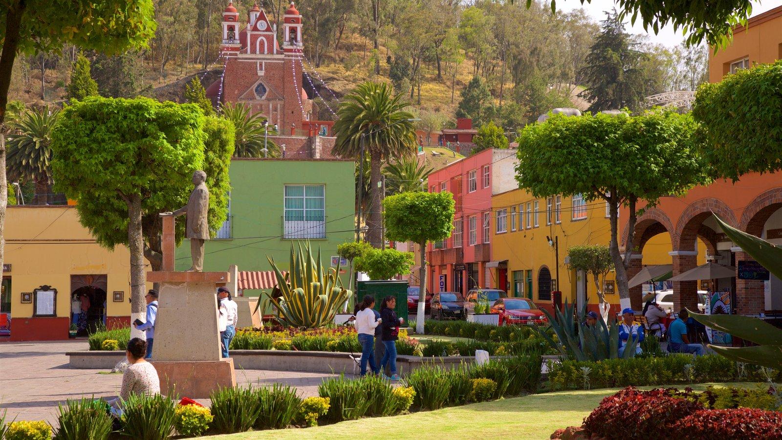 Metepec que incluye un jardín y un parque o plaza y también un pequeño grupo de personas