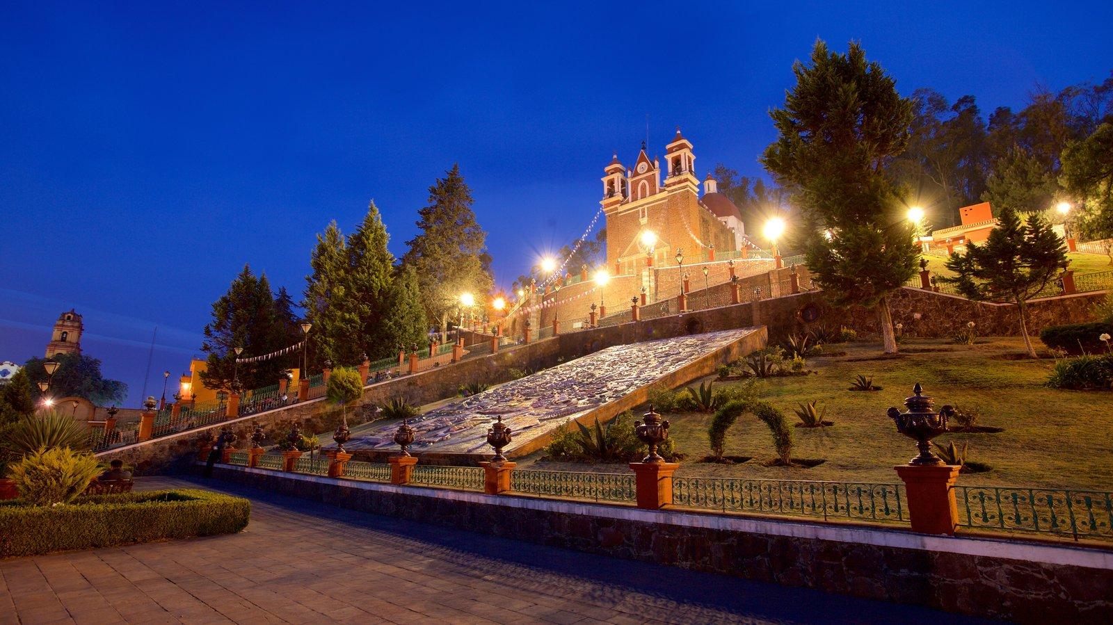 Metepec ofreciendo escenas nocturnas y una iglesia o catedral