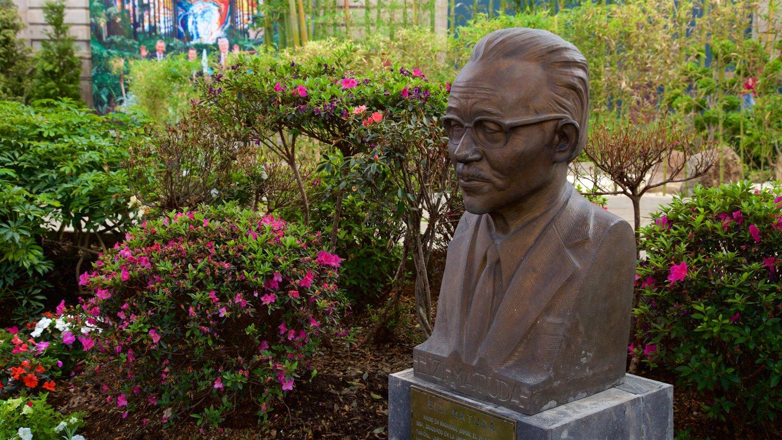 El Cosmovitral que incluye flores silvestres y una estatua o escultura