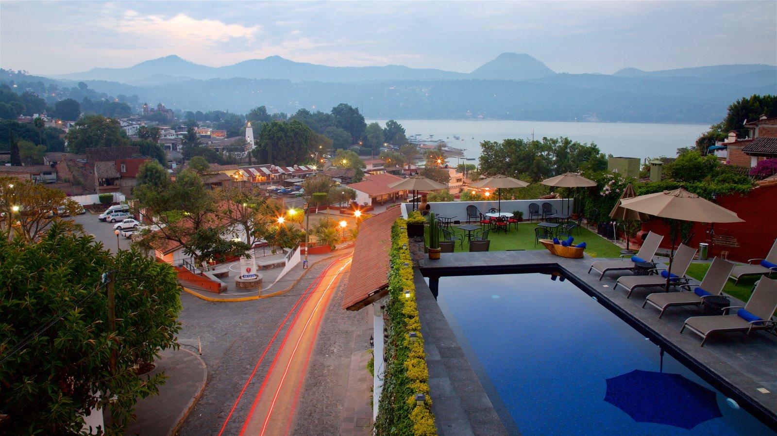 Toluca que incluye un lago o abrevadero, escenas tranquilas y vistas de paisajes