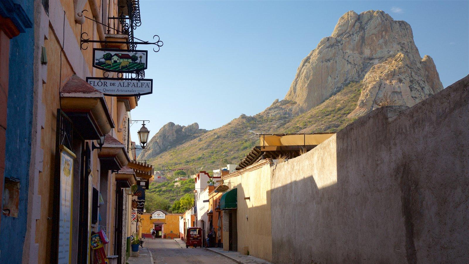 Peña de Bernal que incluye montañas
