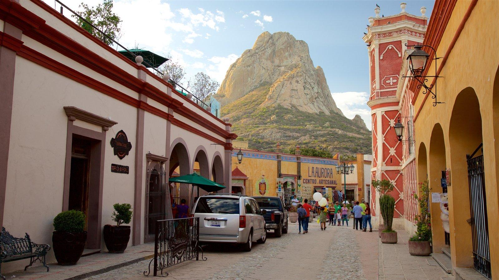 Peña de Bernal ofreciendo montañas