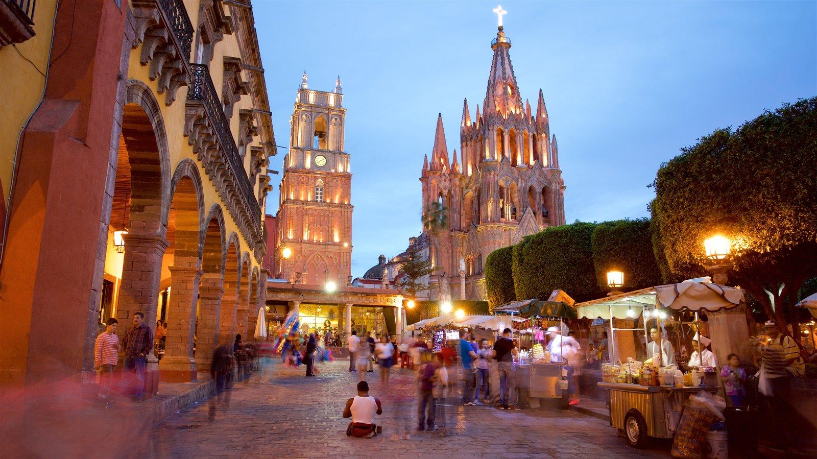 Igreja Paroquial de San Miguel Arcangel caracterizando arquitetura de patrimônio e uma igreja ou catedral