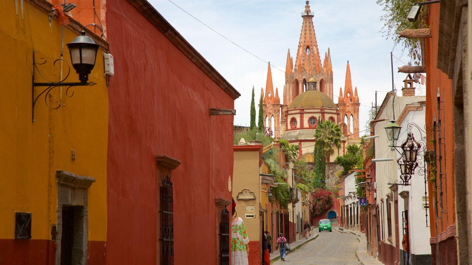 Igreja Paroquial de San Miguel Arcangel mostrando uma igreja ou catedral e arquitetura de patrimônio