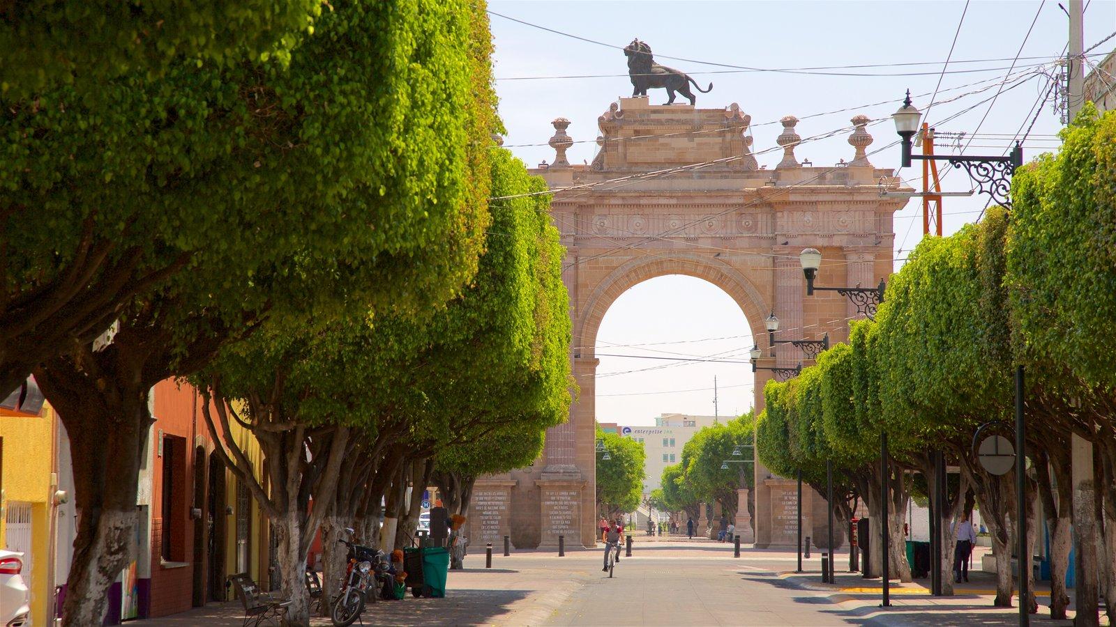 Turista paseando por el Arco Triunfal y la Calzada de los Héroes