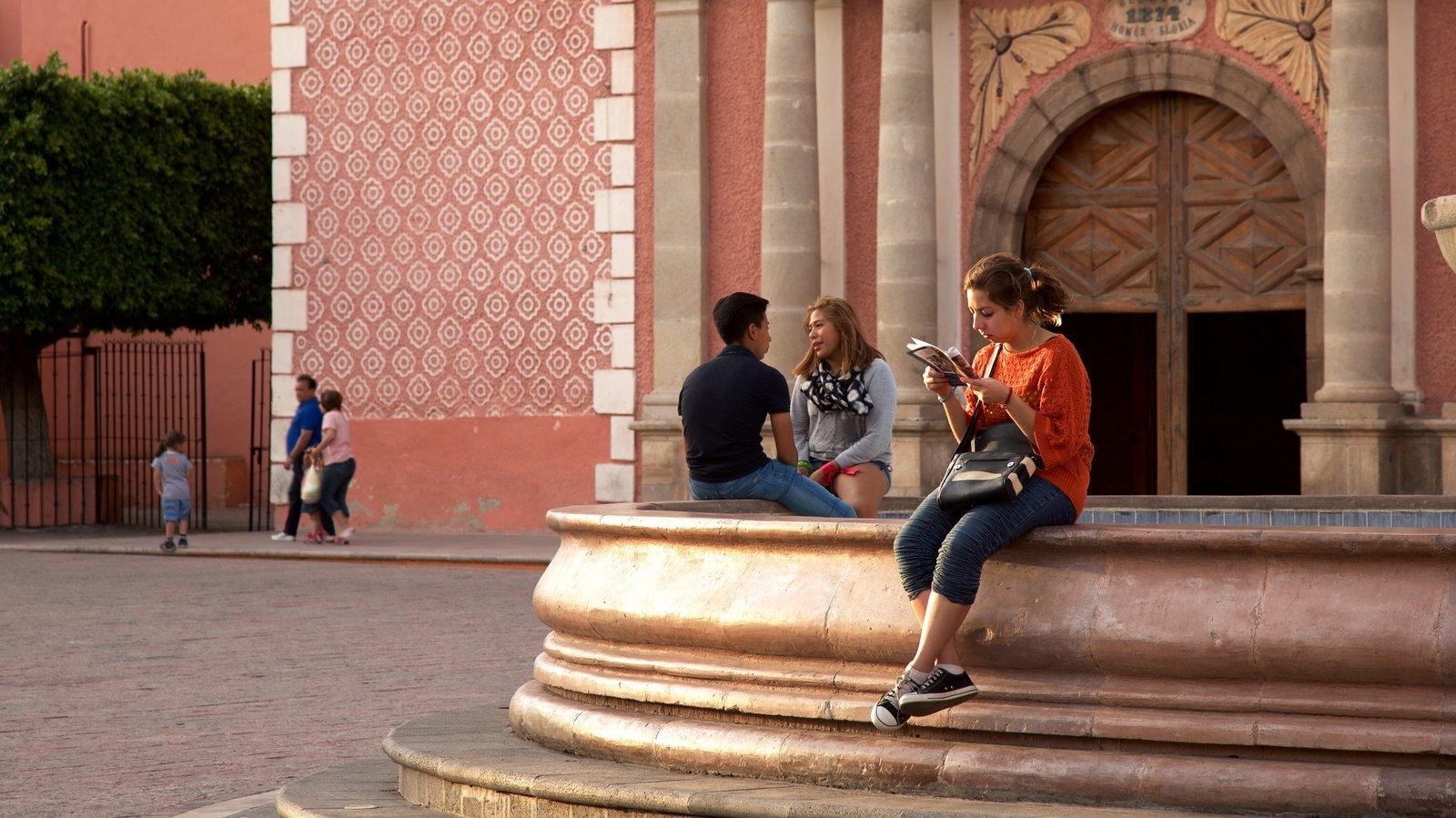 Tequisquiapan que inclui um pôr do sol e uma praça ou plaza assim como um pequeno grupo de pessoas