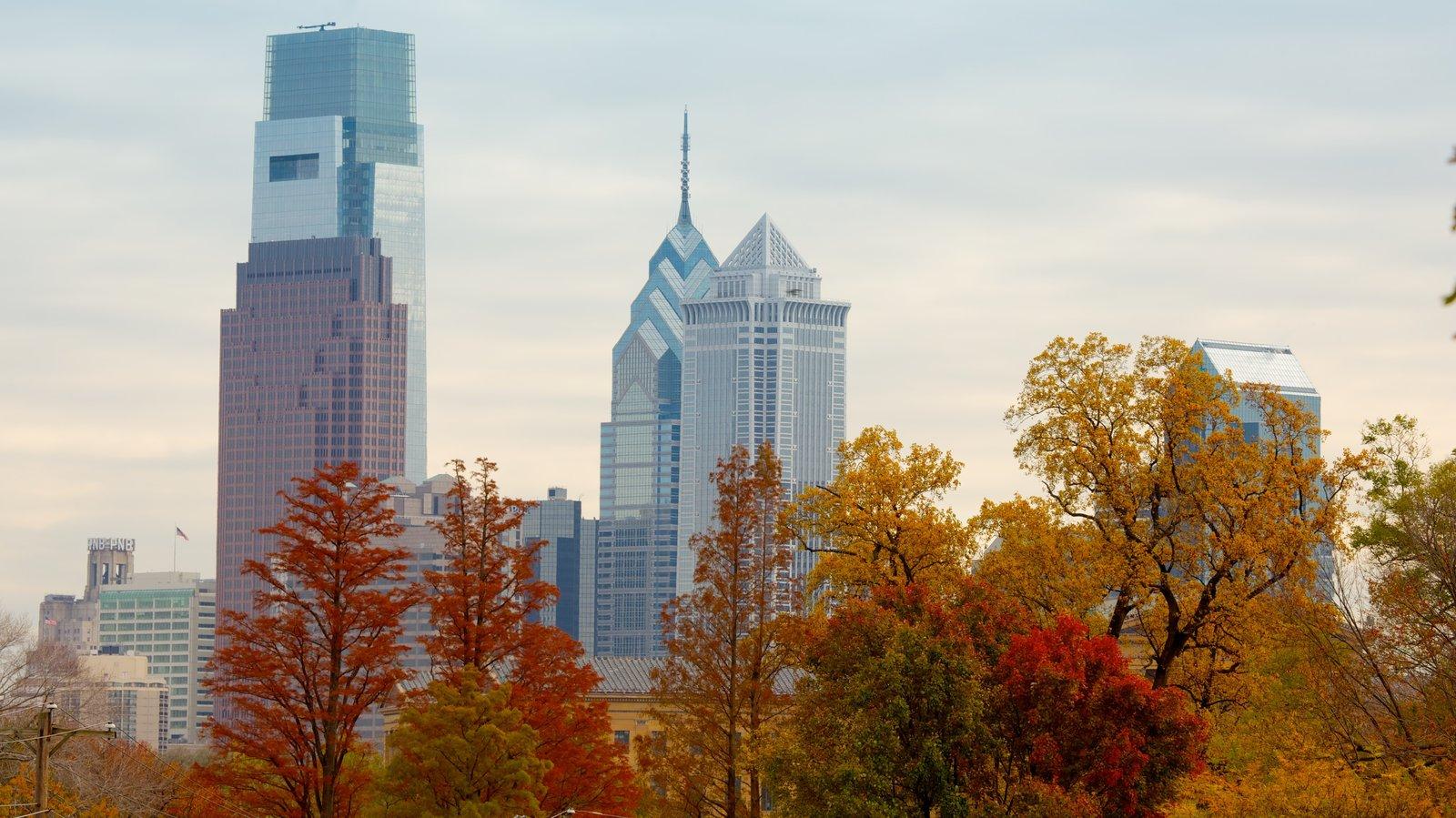Sudeste de Pensilvânia caracterizando cores do outono, um pôr do sol e uma cidade