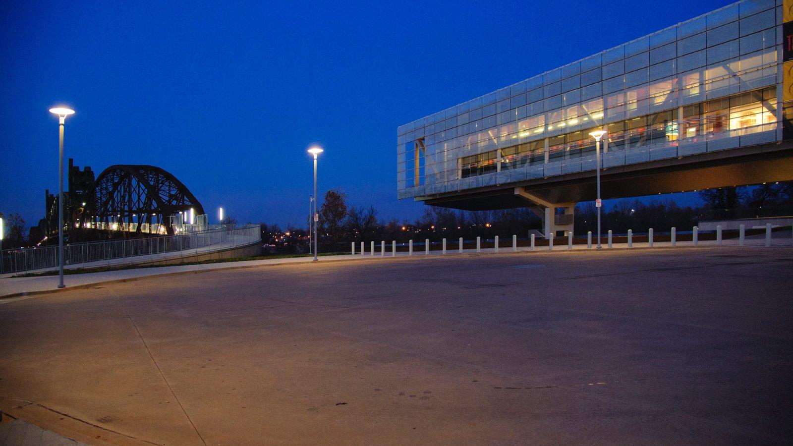 William J. Clinton Presidential Library que inclui arquitetura moderna, cenas noturnas e uma ponte