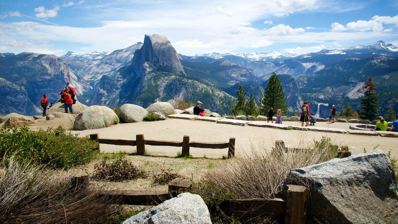 Glacier Point que inclui montanhas e paisagens assim como um pequeno grupo de pessoas