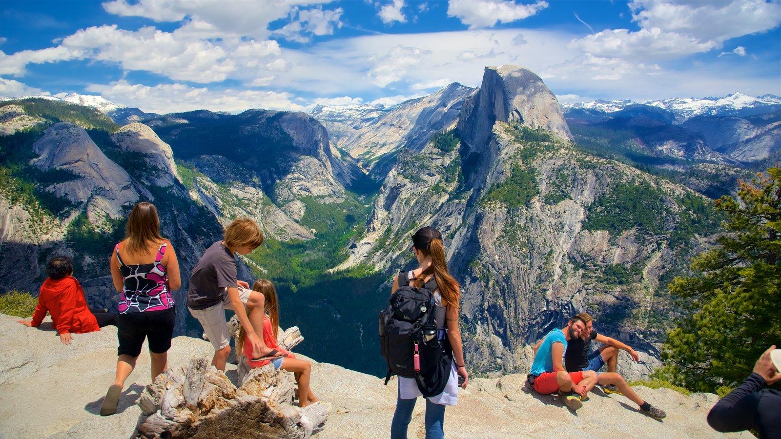 Glacier Point que inclui paisagem e montanhas assim como um grande grupo de pessoas