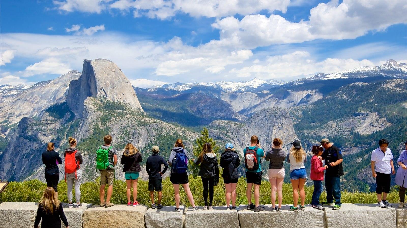 Glacier Point que incluye montañas y vistas y también un gran grupo de personas