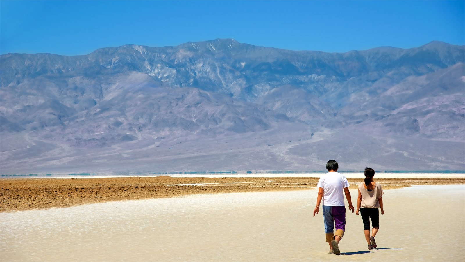 Vale da Morte que inclui cenas tranquilas e paisagens do deserto assim como um pequeno grupo de pessoas
