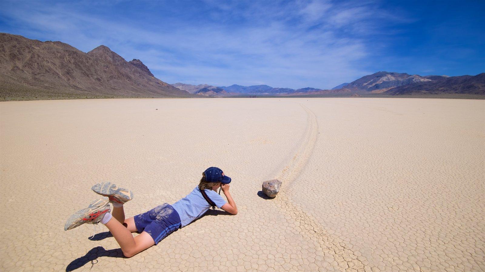 Vale da Morte caracterizando cenas tranquilas e paisagens do deserto assim como uma mulher sozinha