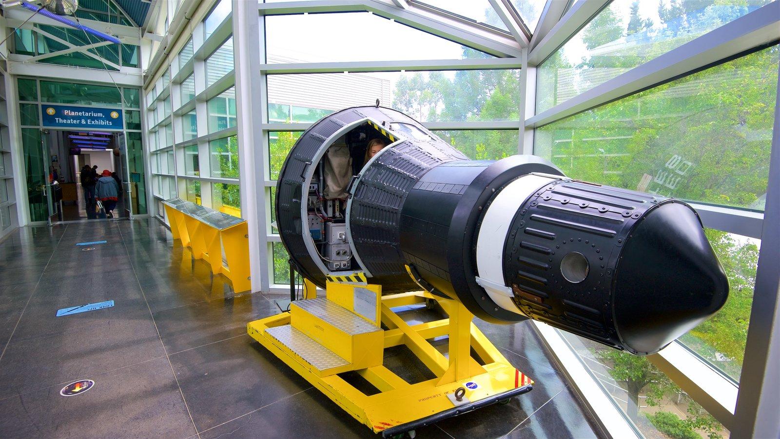 Chabot Space and Science Center que inclui vistas internas