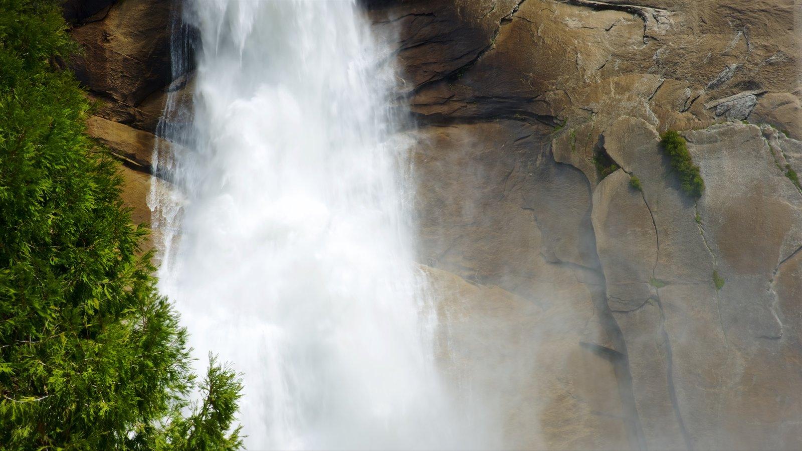 Nevada Falls que inclui uma cachoeira