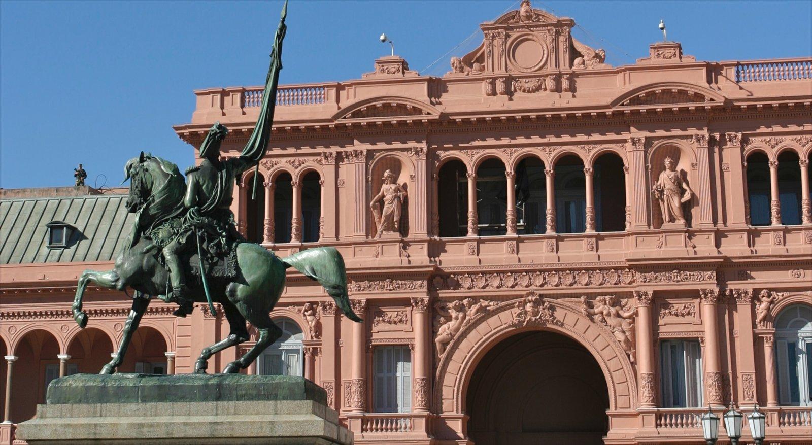 Centro de Buenos Aires que inclui elementos de patrimônio, arquitetura de patrimônio e uma estátua ou escultura
