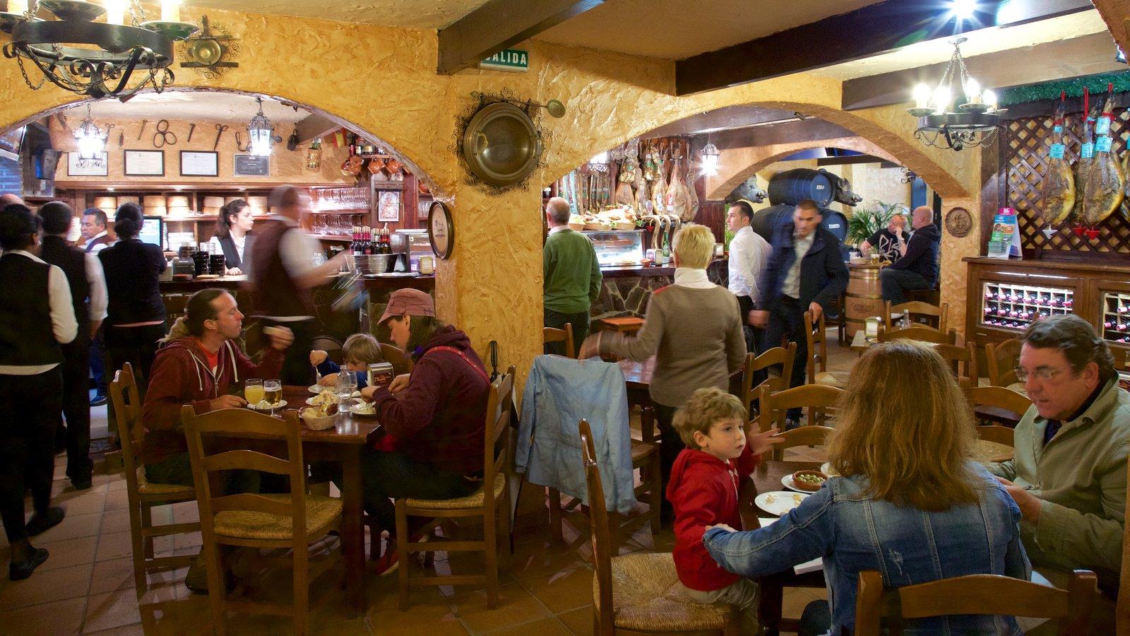 Marbella que incluye vistas interiores y salir a cenar y también un gran grupo de personas