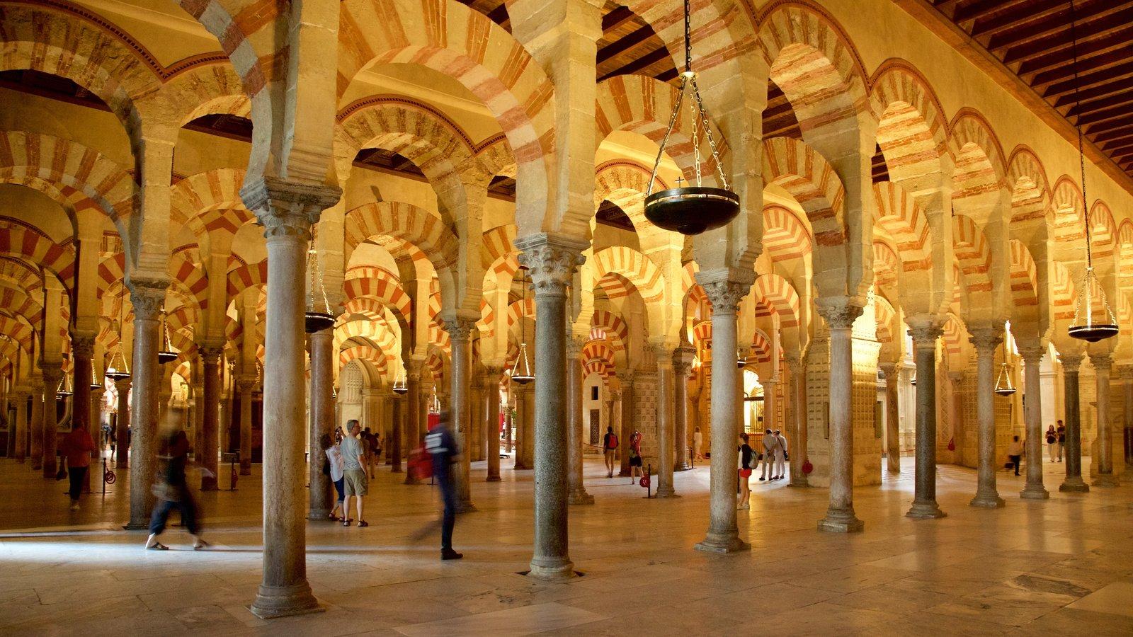 Mezquita de Córdoba que incluye elementos del patrimonio y vistas interiores