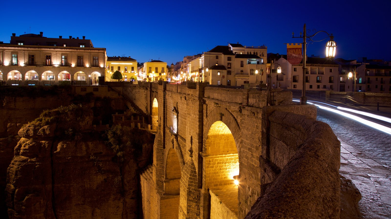 Puente Nuevo que incluye un puente, escenas nocturnas y elementos del patrimonio
