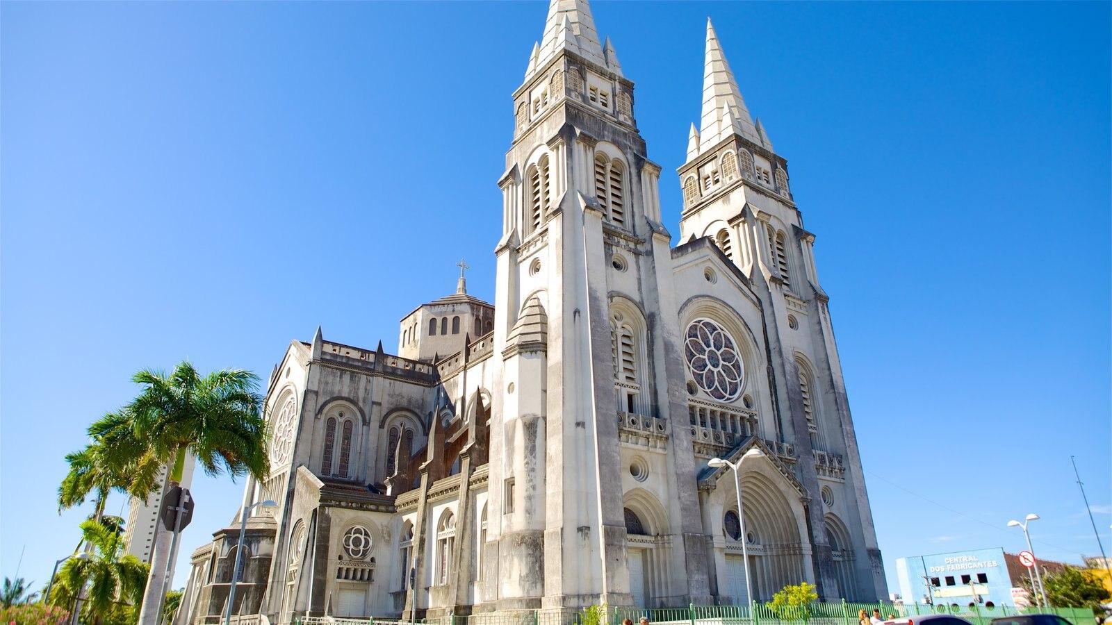 Catedral Metropolitana de Fortaleza mostrando uma igreja ou catedral, cenas tropicais e cenas de rua