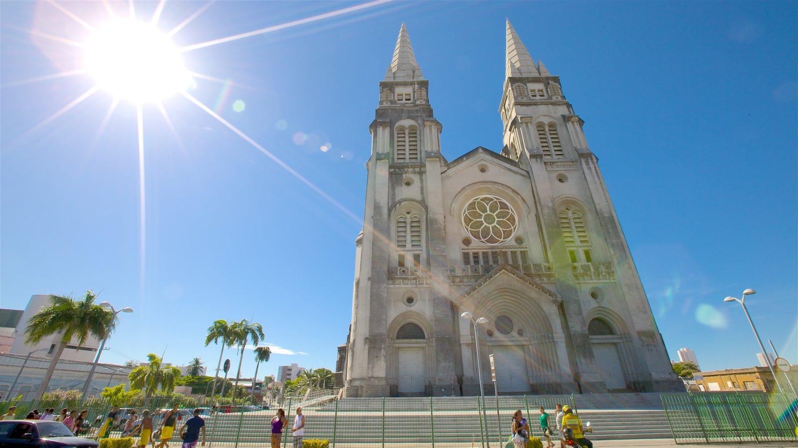 Catedral Metropolitana de Fortaleza caracterizando uma igreja ou catedral e cenas de rua