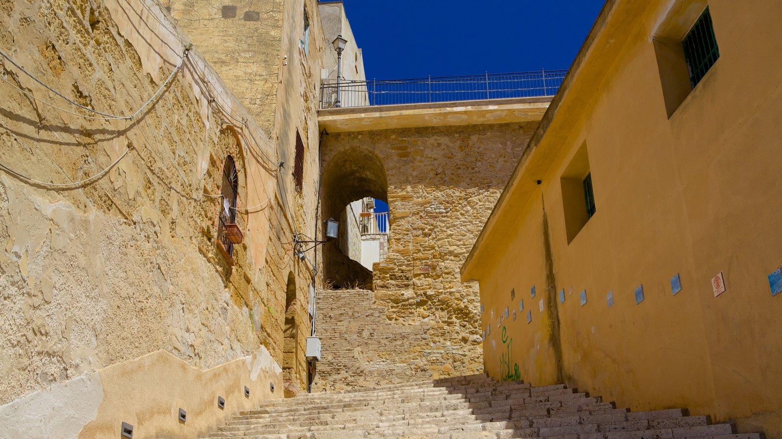 Castellammare del Golfo que inclui um castelo e elementos de patrimônio