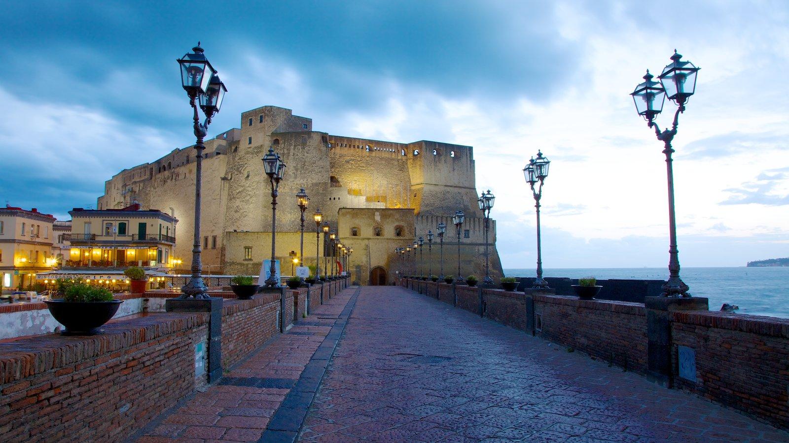 Castel dell\'Ovo caracterizando elementos de patrimônio, paisagens litorâneas e um castelo