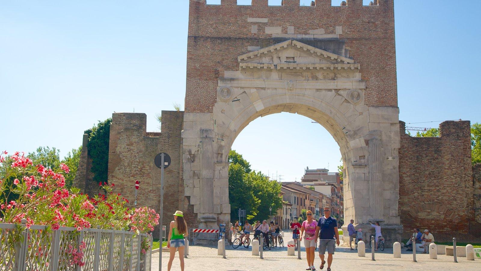 Arco de Augusto caracterizando elementos de patrimônio, cenas de rua e um monumento