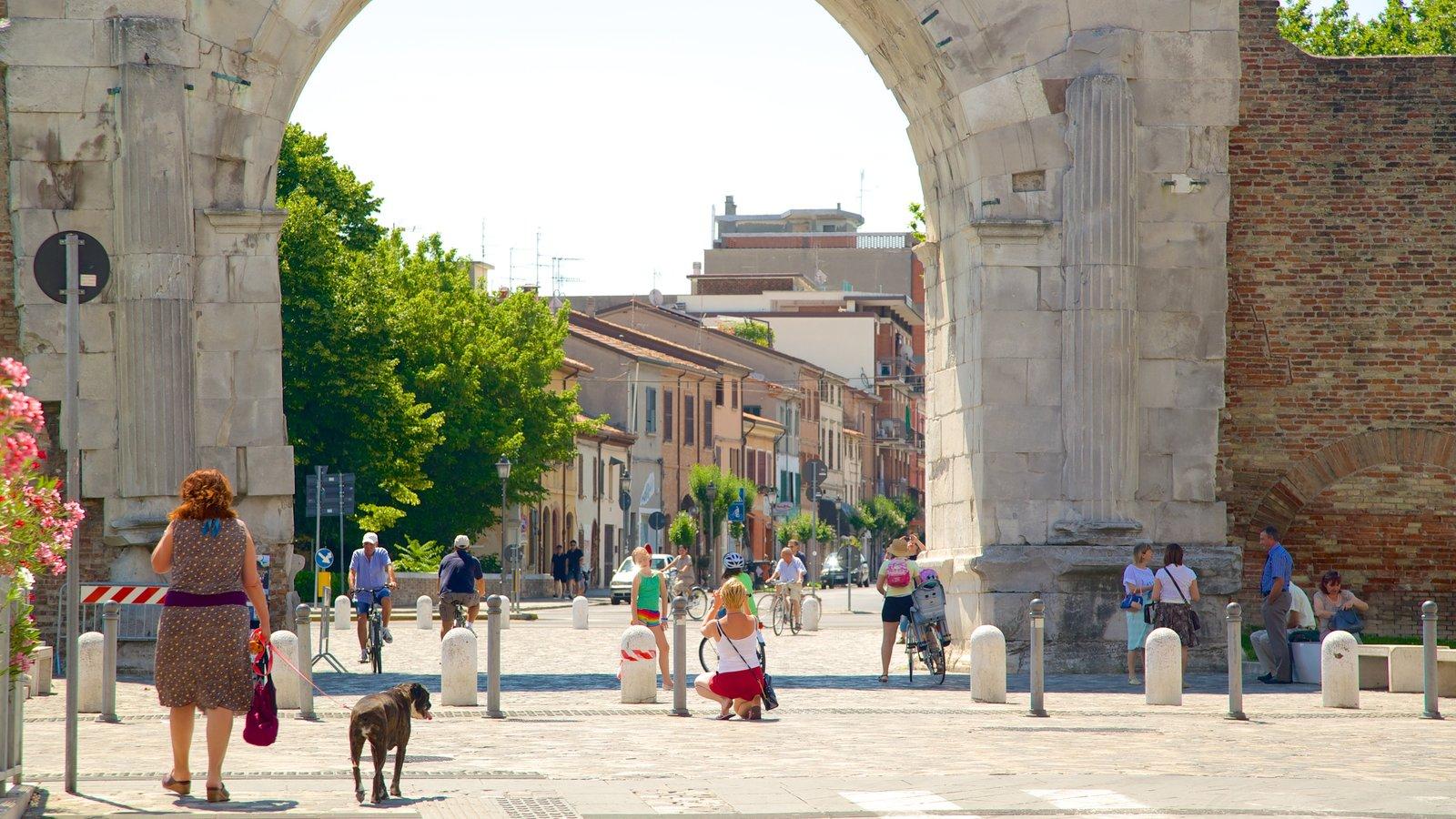 Arco de Augusto caracterizando um monumento, elementos de patrimônio e cenas de rua