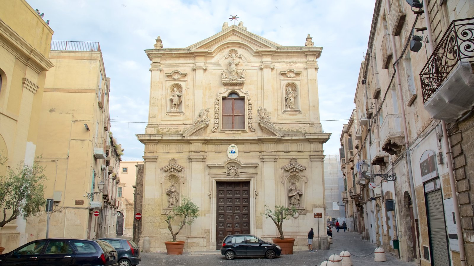 Taranto featuring street scenes, heritage architecture and a church or cathedral