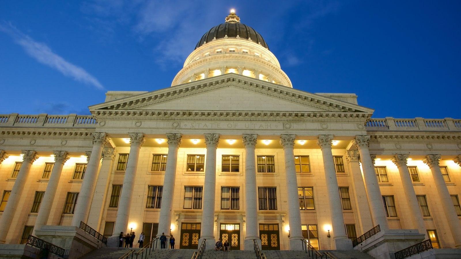 Utah State Capitol ofreciendo un edificio administrativo, patrimonio de arquitectura y escenas nocturnas