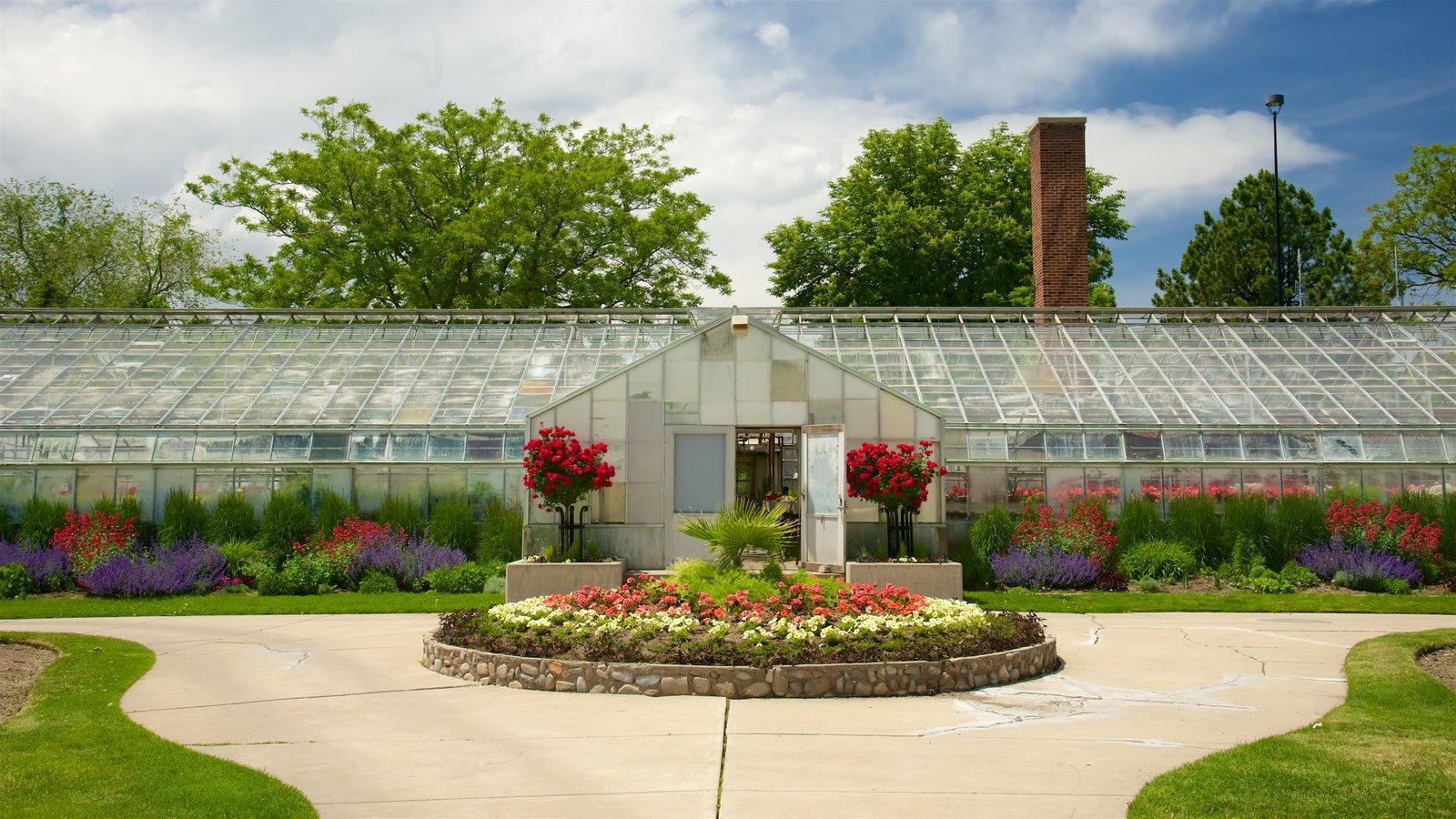 Parque Liberty mostrando arquitectura moderna y flores