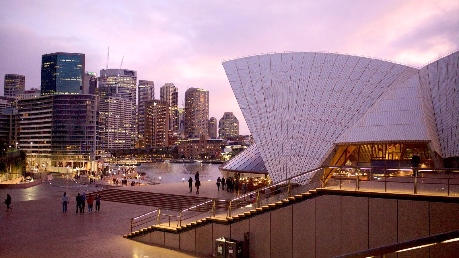 Sídney ofreciendo una ciudad, arquitectura moderna y una puesta de sol