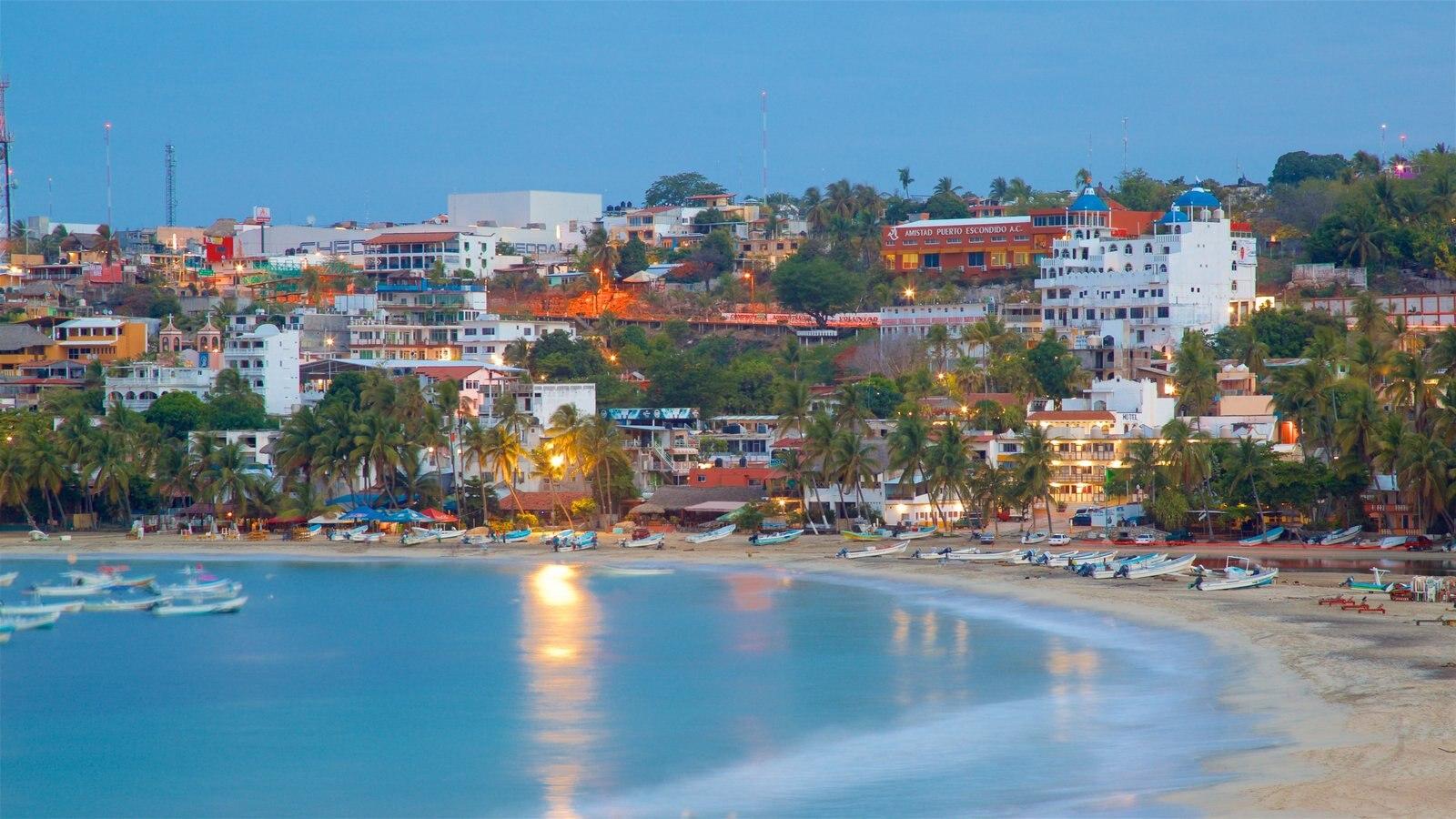 Puerto Escondido mostrando una playa, vistas de paisajes y una ciudad costera