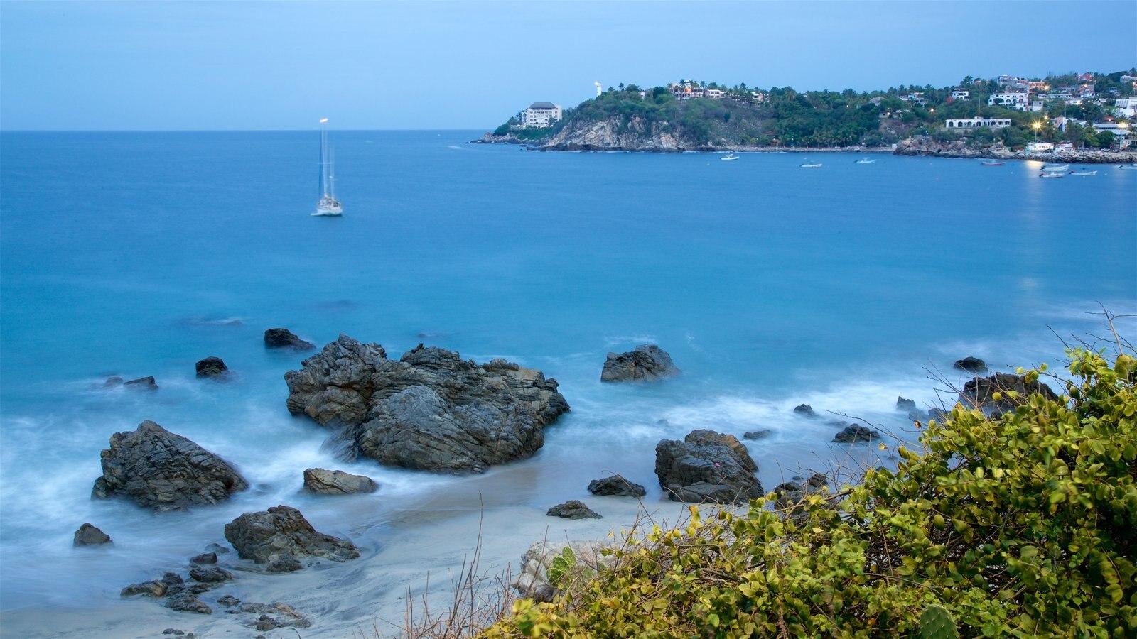Puerto Escondido ofreciendo costa rocosa y paseos en lancha